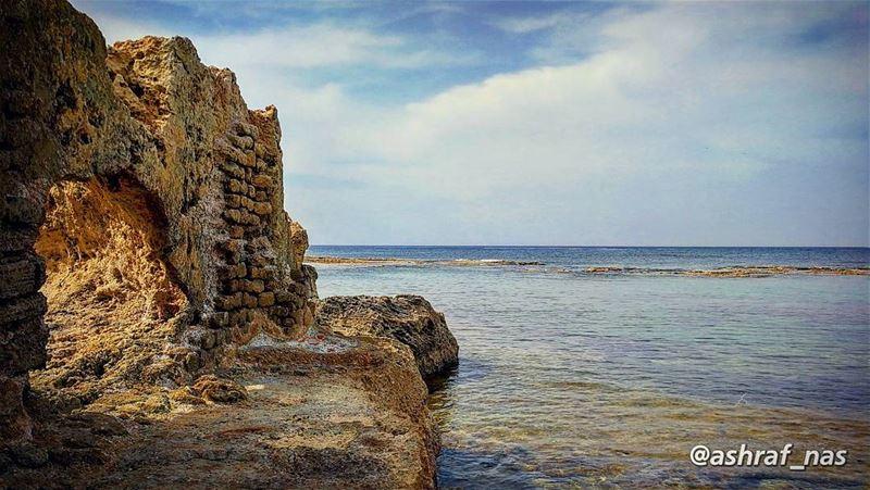 هل تجيئينَ معي إلى البحرْلنحتمي تحت عباءته الزرقاءْ...لقد تفكَّك الزمنُ ب (Tyre, Lebanon)