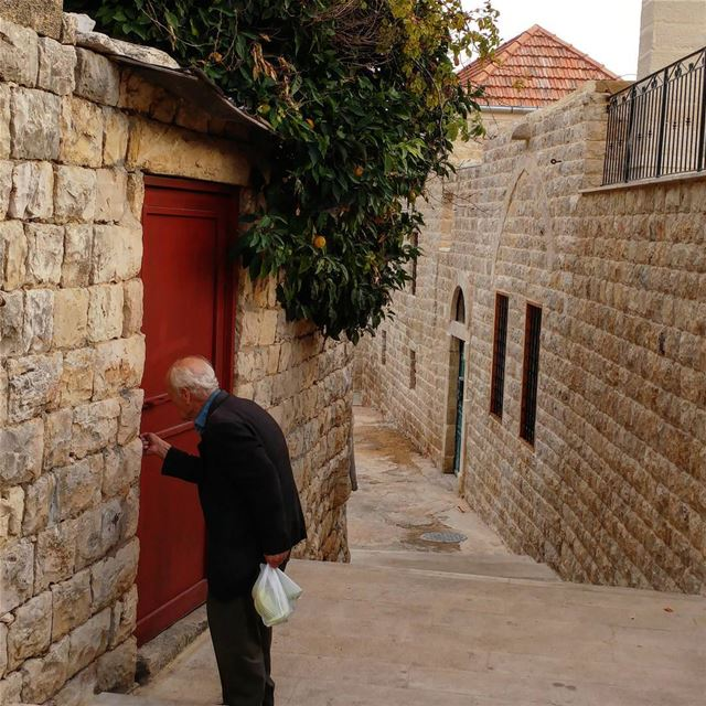 Rest and relaxation and bedrest. goinghome lebanon livelovedeirelkamar ... (Dayr Al Qamar, Mont-Liban, Lebanon)