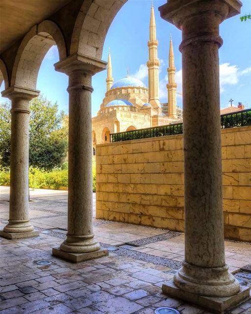 A mágica Mesquita Azul de Beirute vista a partir da histórica Catedral... (Saint George Greek Orthodox Cathedral)