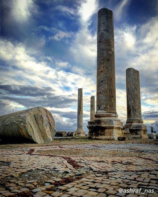 وقطعاً هي بطلة المدن والكلام عليها ما له نهايةسعيد عقل - لبنان إن حكى... (Roman ruins in Tyre)