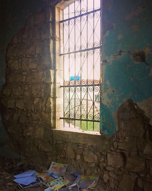 يا قصص عم تكتب أسامينا ع زمان الماضي وتمحينا..... memories oldhouse...