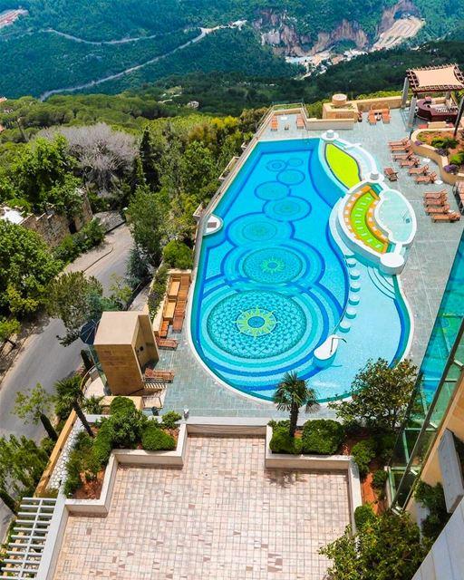 A piscina do hotel que tem a maior suite do mundo @grandhillshotel Nada... (Grand Hills Hotel and Spa Broumana)