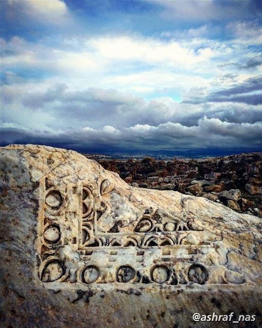 لا تَمُوتُ الخُيُولُ بَرْدَاً وَجُوعَاًإنّ لِلعَاشِقِينَ رَبَّاً رَحِيمَا... (Roman ruins in Tyre)